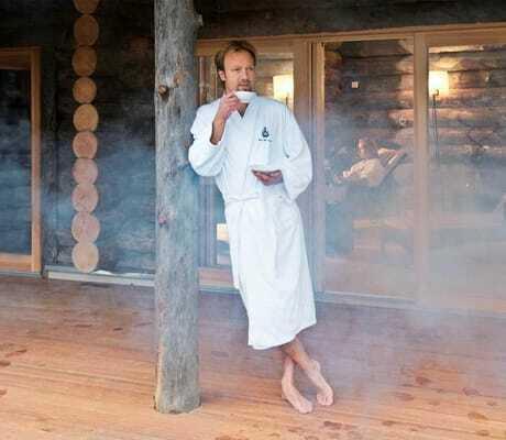 Mann nach der Sauna