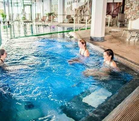Indoorpool mit Personen drinnen, Hotel Vier Jahreszeiten am Schluchsee