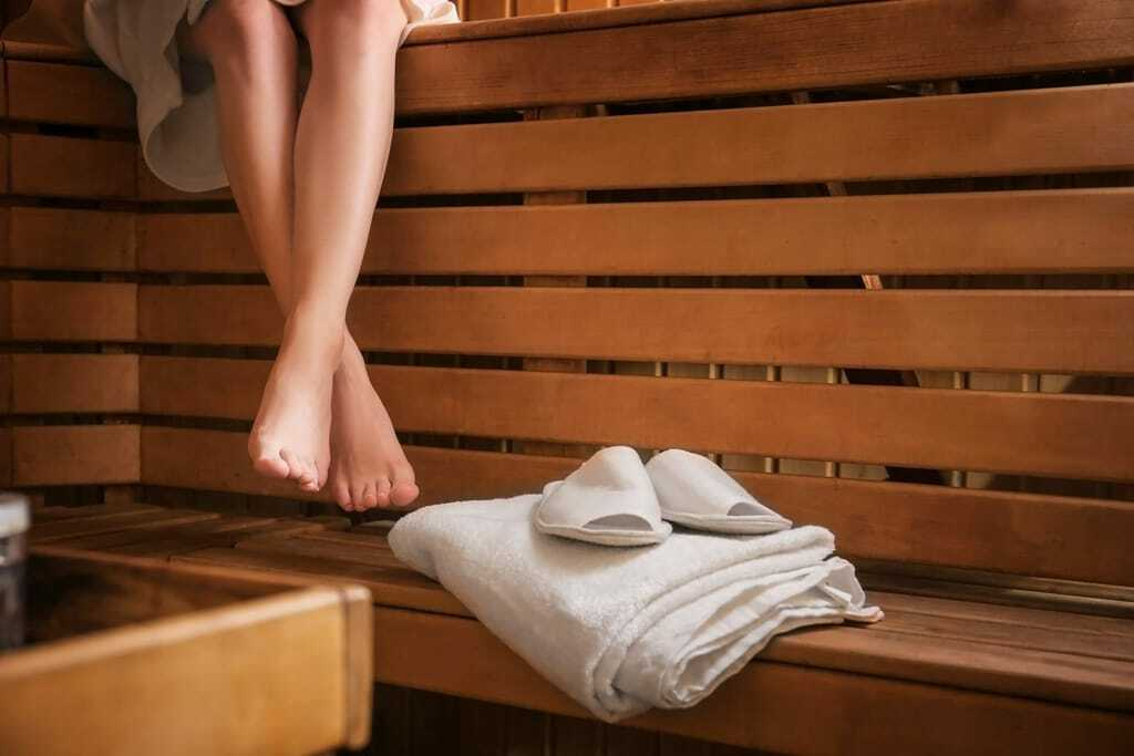 Packliste für die Sauna: Handtuch und Badeschuhe