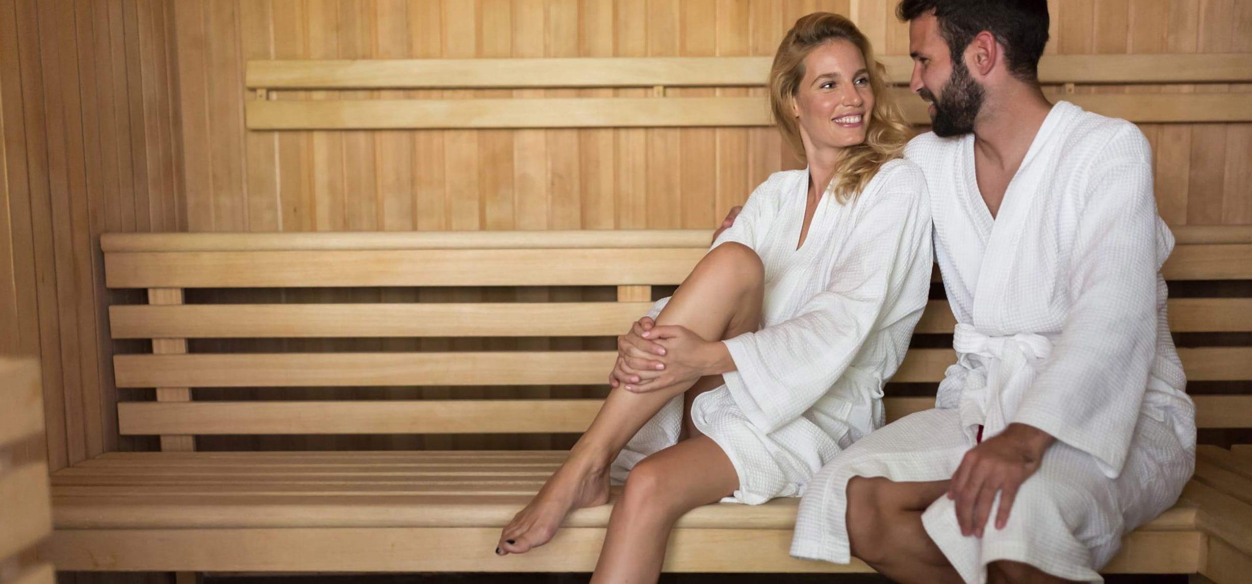 Pärchen beim Sauna-Besuch