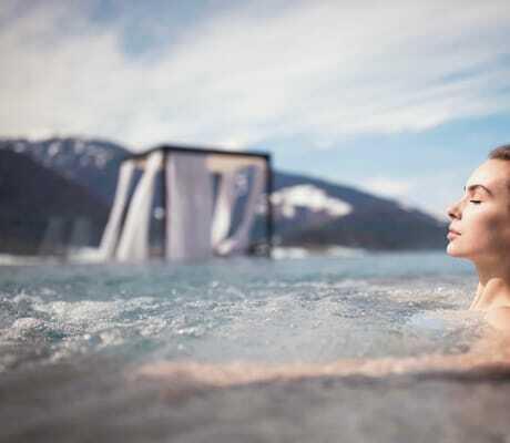 Frau sitzt draußen in einem Pool und entspannt_Hotel_Winkler_St_Lorenzen