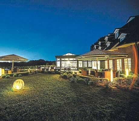 Blick auf den beleuteten Garten nachts_HotelBornmühle_GroßNemerow