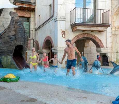 Familie_mit_zwei_Kindern_im_Pool_Colosseo_Rust