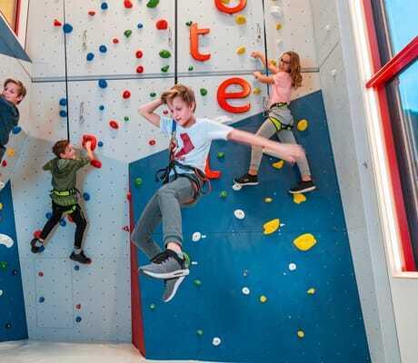 Kinder klettern in einer Klertterhalle_Zauchenseehof_Altenmark