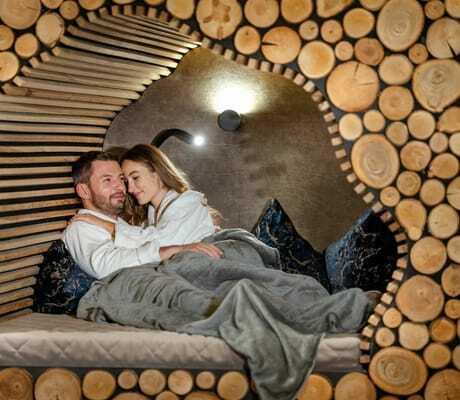 Holzwand mit einem Paar