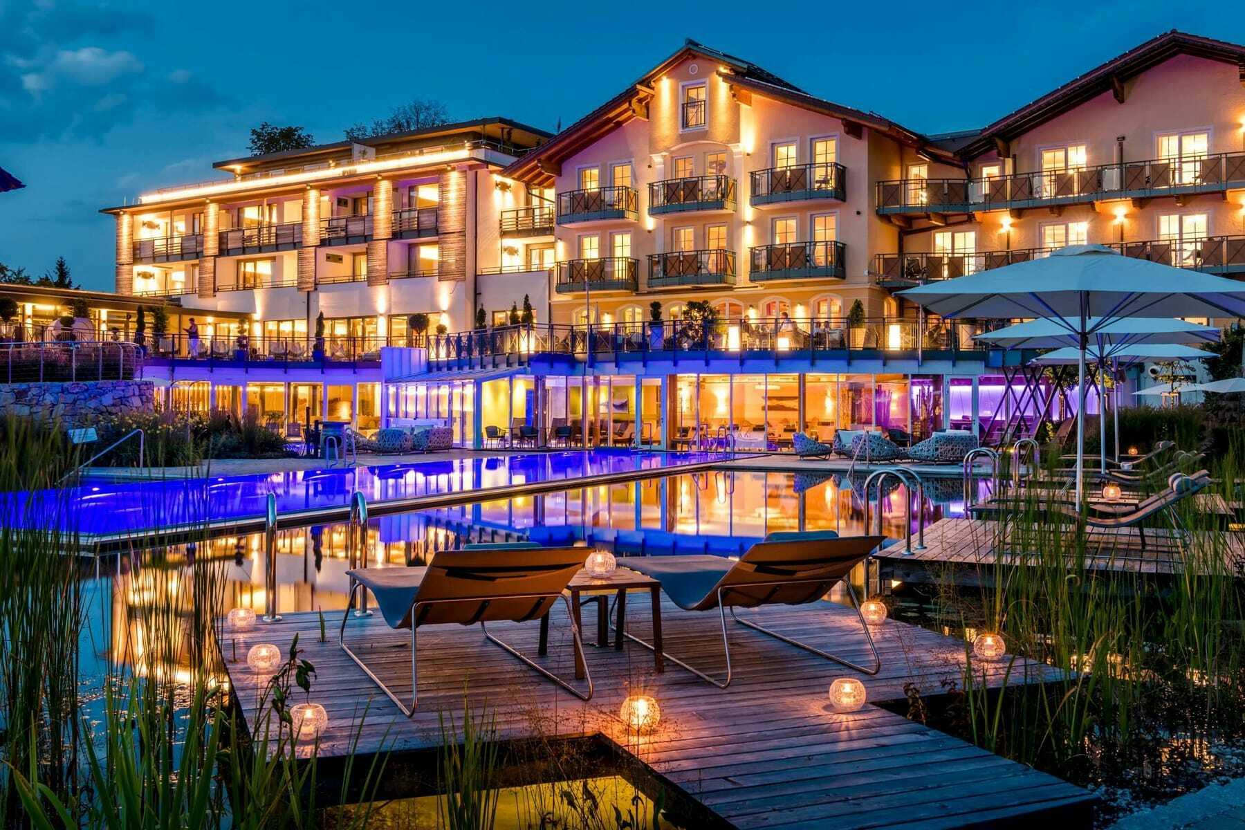 Hotelansicht am Abend mit Lichtern