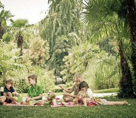 Kinder beim Picknicken_DuLacEtDuParcGrandResort_RivaDelGarda