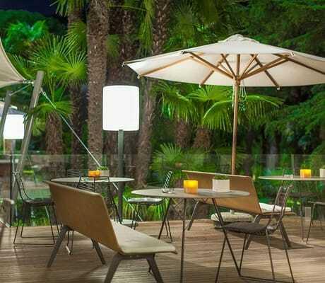 Restaurant umgeben von Palmen_DuLacEtDuParcGrandResort_RivaDelGarda