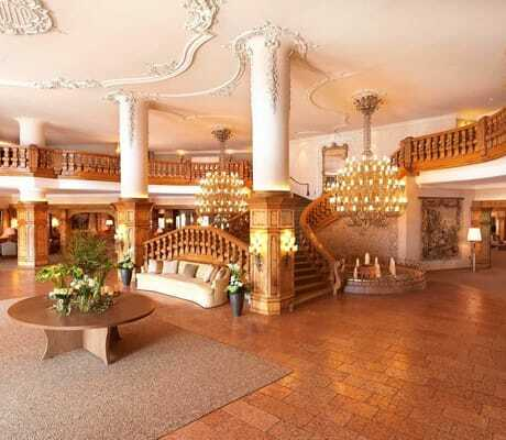 Blick_in_die_Eingangshalle_Interalpen-Hotel_Tyrol