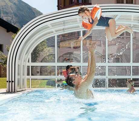 Vater wirft kleine Tochter im Pool hoch_Kaiserhof_Berwang