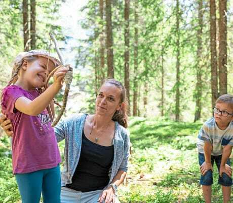 Familie macht einen Ausflug im Wald_Kaiserhof_Berwang