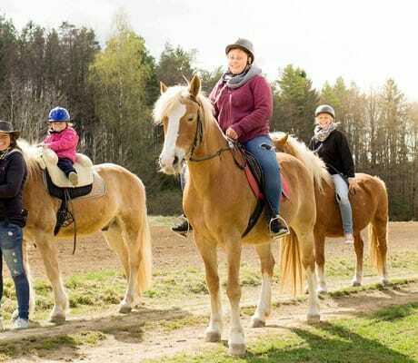 Kinder reiten auf Pferder_FamilienhotelFriedrichshof_Obertrubach
