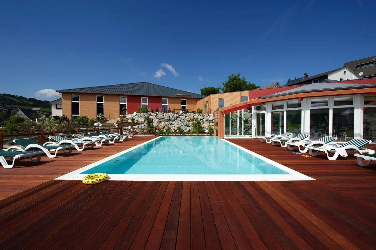 Pool mit Blick aufs Haus_FamilotelSonnenpark_Willingen