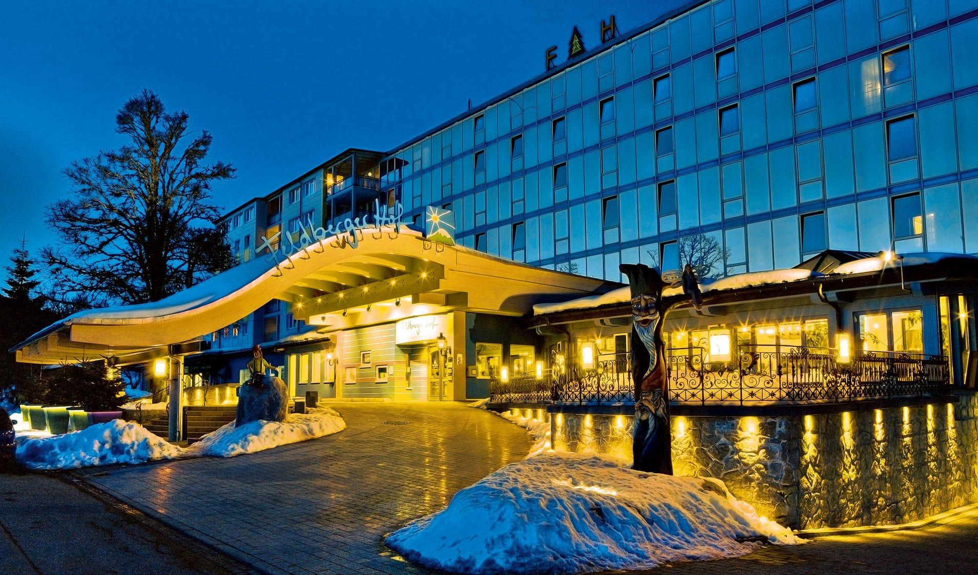 Blickt nachts auf das beleuchtete Gebäude_FeldbergerHof_Feldberg