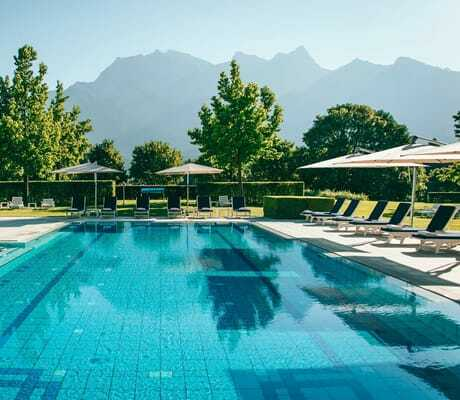 Außenpool_mit_Schirmen_Grand_Resort_Bad_Ragaz