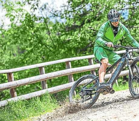 Mann macht auf einem Mountainbike eine Bremsung_Hochschober_TurracherHoehe