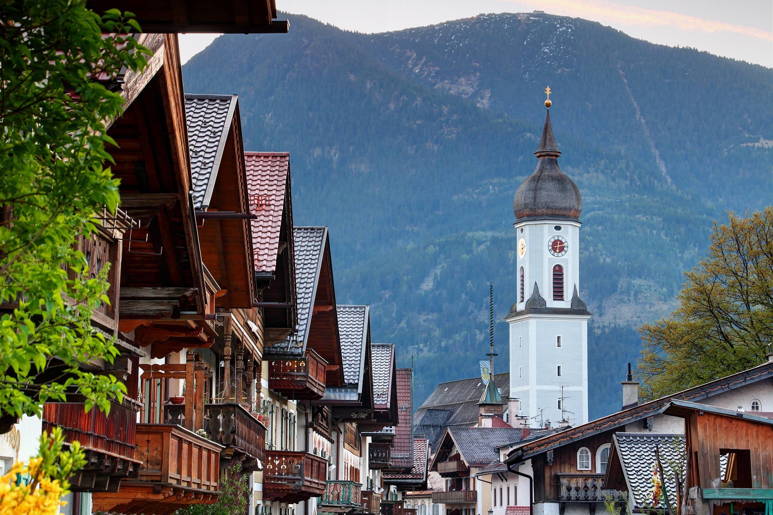 Holzbalkone und Zwiebelturmkirchen in Garmisch