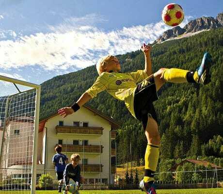 Ein Junge spiele Fußball_HotelAlpin_Gossensass