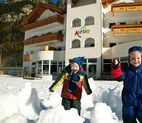 Zwei Kinder spiele im Schnee_HotelAlpin_Gossensass