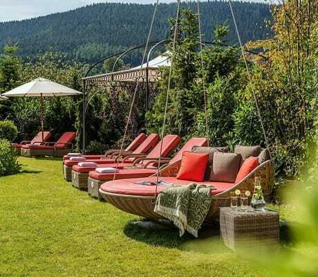 Garten mit Entpannungsmöglichkeiten_HotelBareiss_Baiersbronn