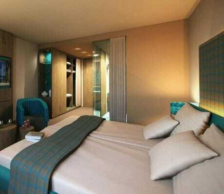 Blick in ein Doppelbettzimmen_HotelBornmühle_GroßNemerow