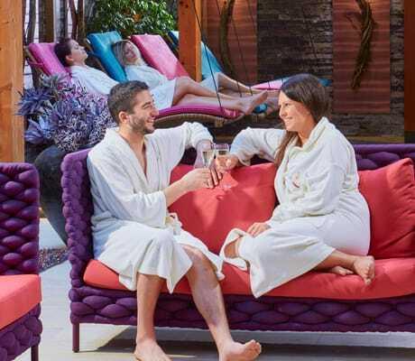 Ein Pärchen entspannt im Entspannungsbereich_Hotel_Sommer_Fuessen