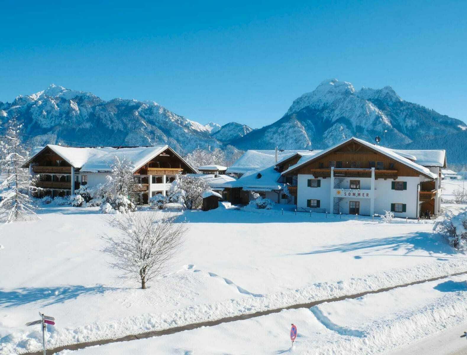 schneebedeckte Dächer des Hotel Sommer