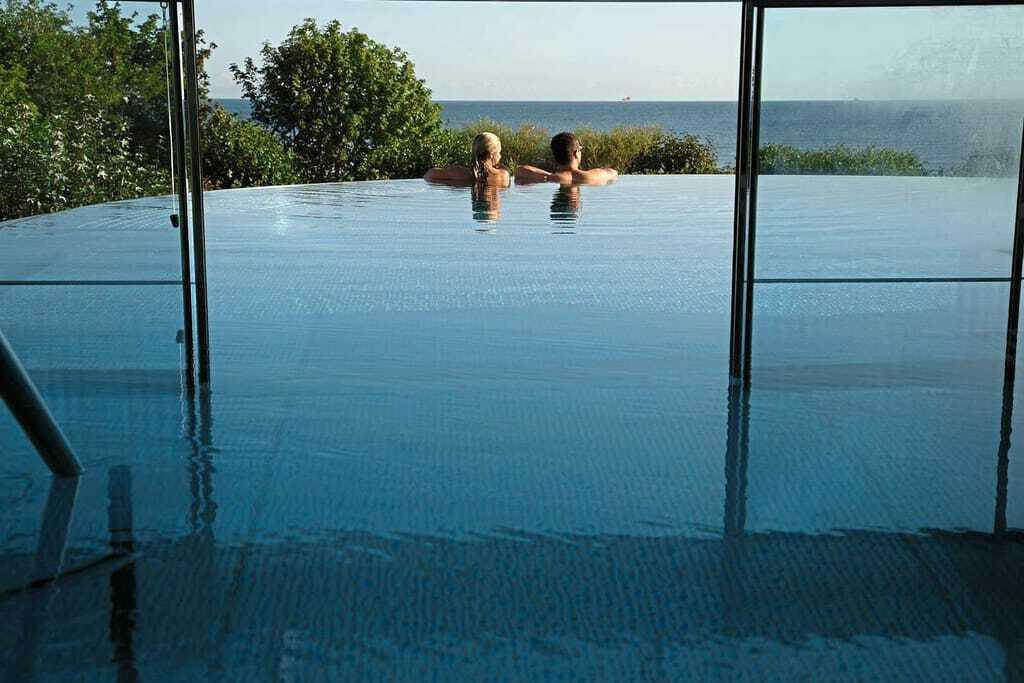 Zwei Frauen genießen die Aussicht vom Pool aus_Das_Ahlbeck_Hotel&Spa_Seebad_Ahlbeck