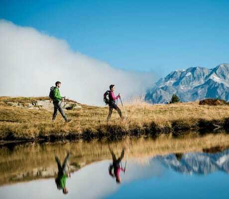 Zwei Männer wandern in den Bergen bei einem See_Hotel_Winkler_St_Lorenzen