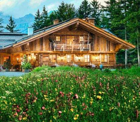 Blick_von_der_Blumenwiese_auf_die_Alm_Interalpen-Hotel_Tyrol