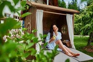 Frau im Strandkorb_Interalpen-Hotel Tyrol