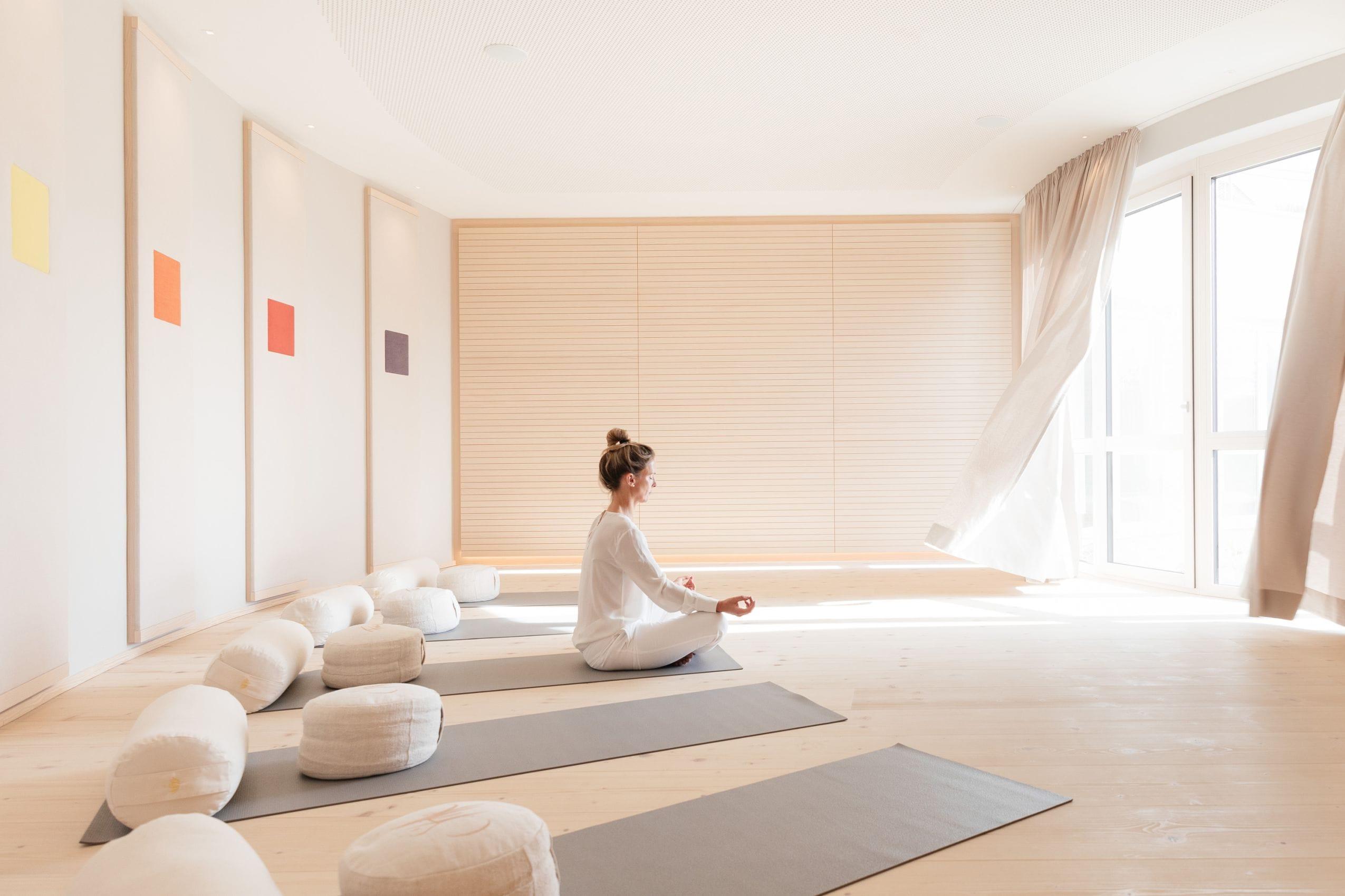 Frau_macht_Yoga_im_Juffing_Hotel