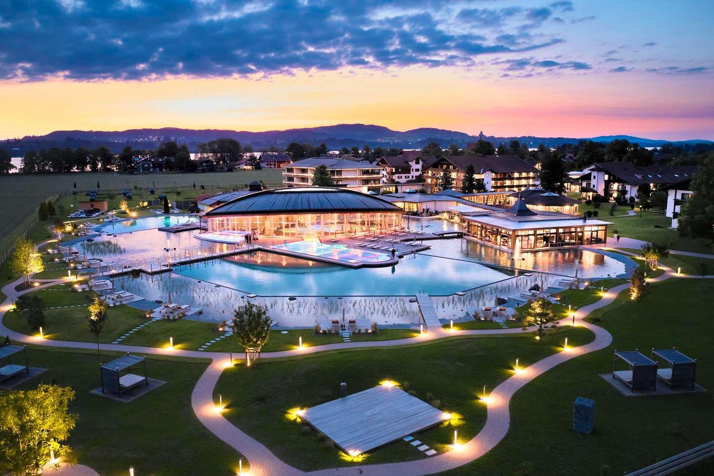Blick auf Poolwelt im Hotel König Ludwig bei Nacht