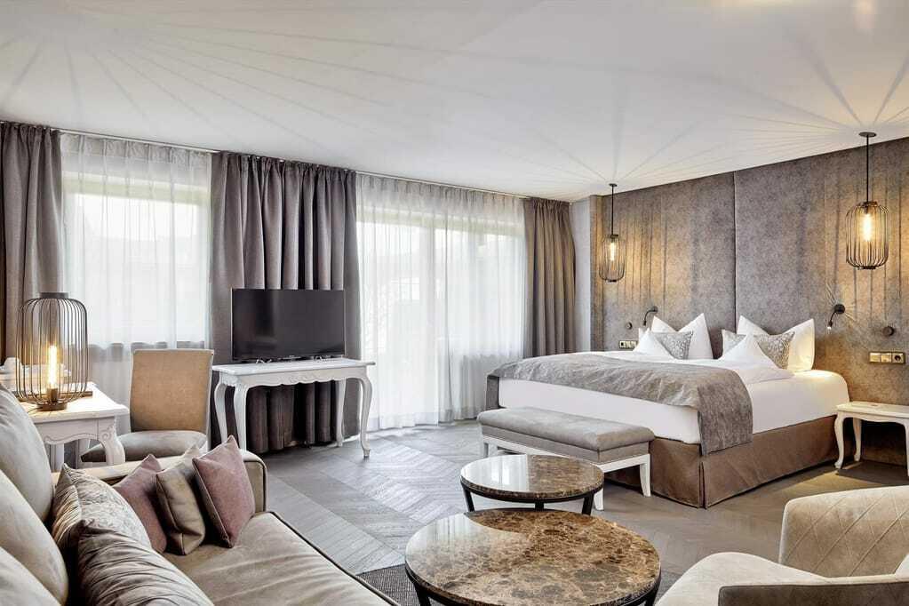 Blick auf das Bett in der Suite des König Ludwig Resorts