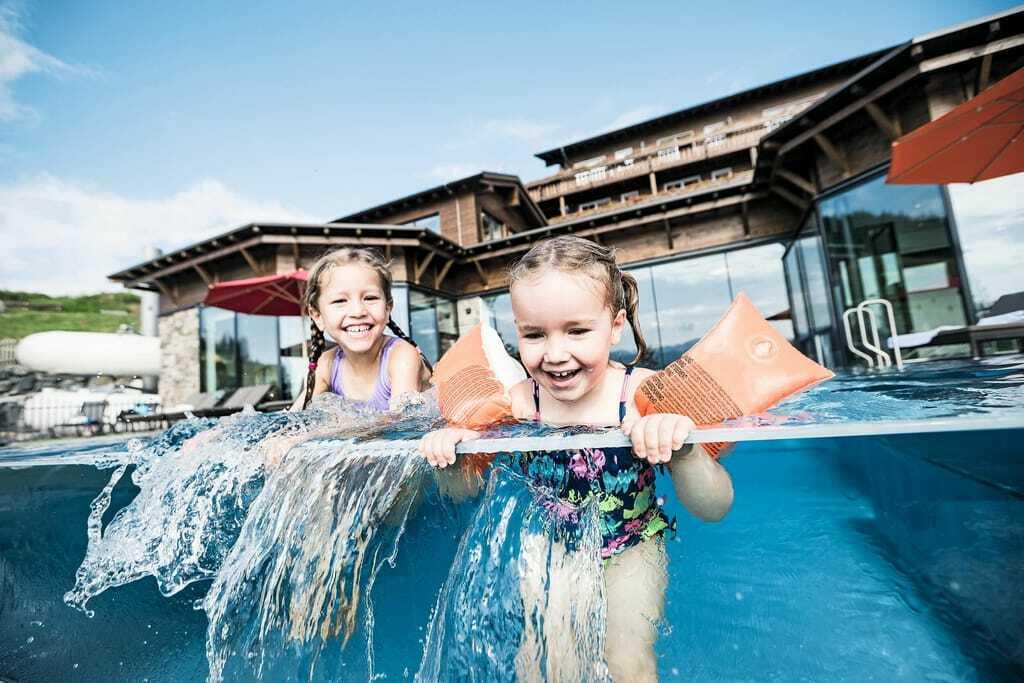 zwei Mädchen im Pool_FamilotelAllgäuerBerghof_OfterschwangGunzesried