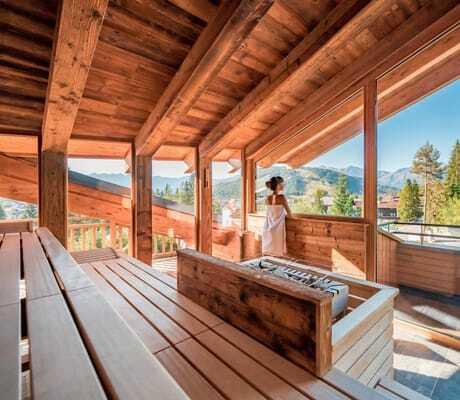 Frau in der Sauna mit Ausblick, Natur & Spa Hotel Lärchenhof