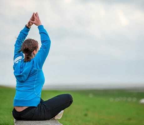 Frau macht Yoga am Deich_Lundenbergsand