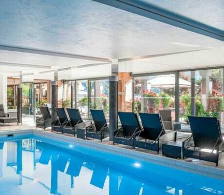 Indoor Pool und Liegen_Natur&Spa_Hotel_Lärchenhof