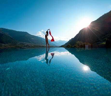 Frau mit Tuch am Pool_Preidlhof_Luxery_DolceVita_Resort_Naturns