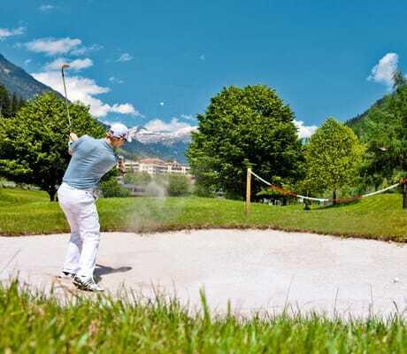 Mann_schlägt_Golfball_Quellenhof_Passeier