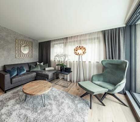 Suite mit blauen Sammsesseln_Quellenhof_Passeier