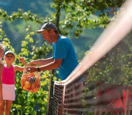 Tennislehrer_mit_KIndern_Quellenhof_Passeier