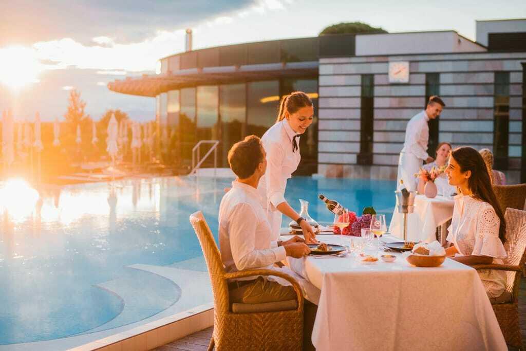 Tisch am Pool und Sonnenuntergang