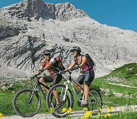 Zwei Erwachsenen in den Bergen bei einer Radtour_RomantikhotelWaxenstein_Grainau