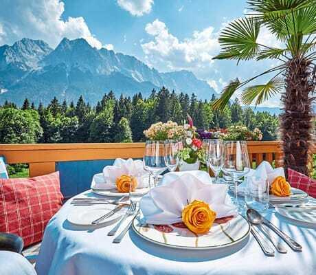 Gedeckter Frühstückstisch auf der Terasse_RomantikhotelWaxenstein_Grainau