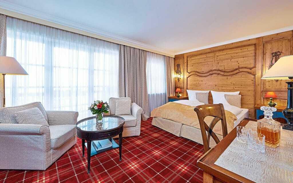 Blick in ein Doppelbettzimmer_RomantikhotelWaxenstein_Grainau