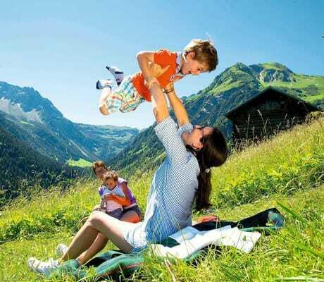 Familie macht in den Bergen ein Picknick_Kleinwalsertaler_Rosenhof_Mittelberg