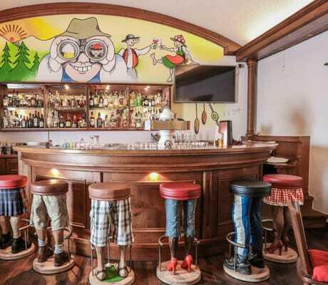 Bar mit witzigen Hockern Schwarzwald Panorama