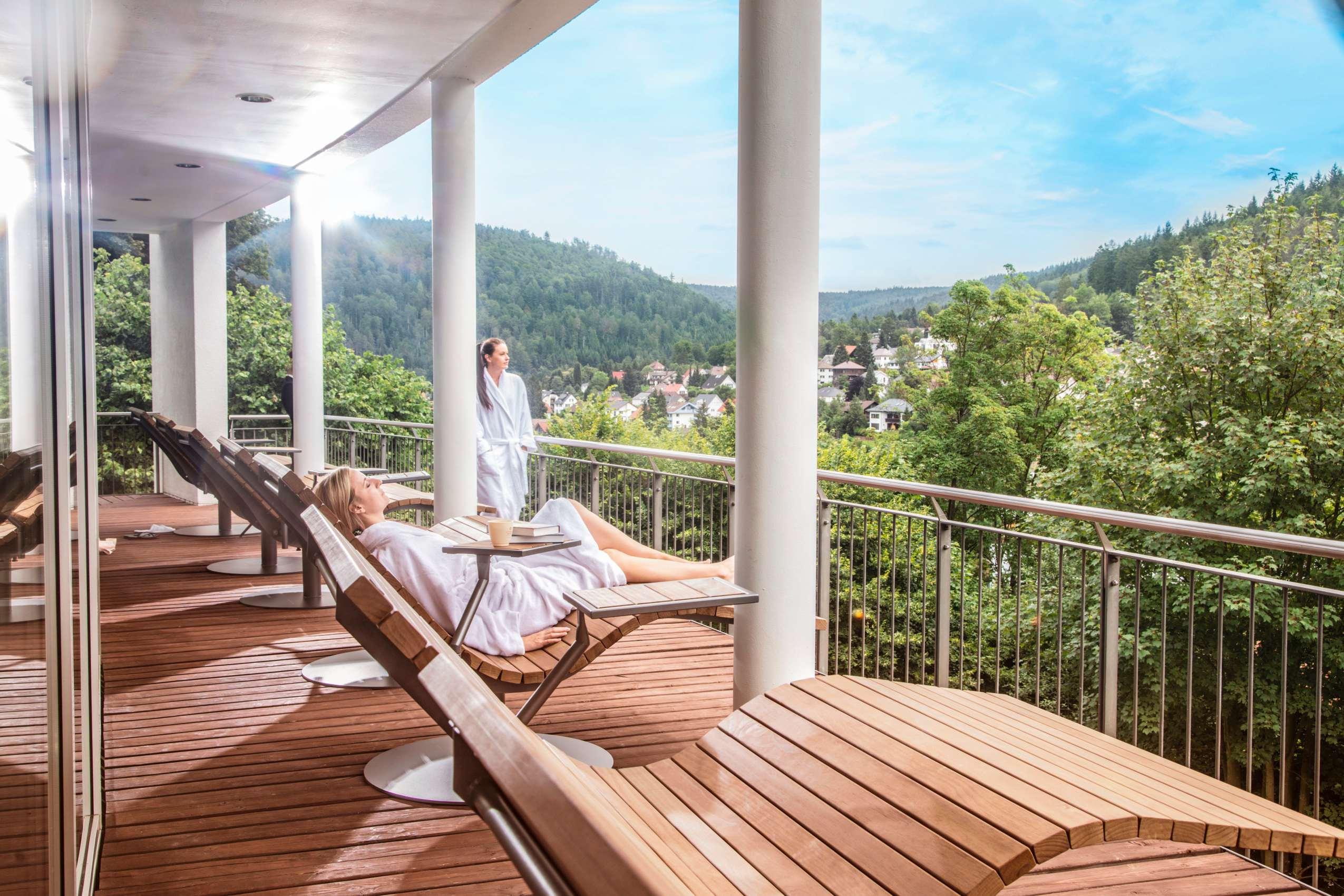 Personen auf der Sonnenterrasse im Schwarzwald Panorama