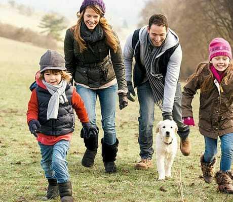 Familie macht mit dem Hund einen Spaziergang_Seehotel_Heidehof_Klein_Nemerow